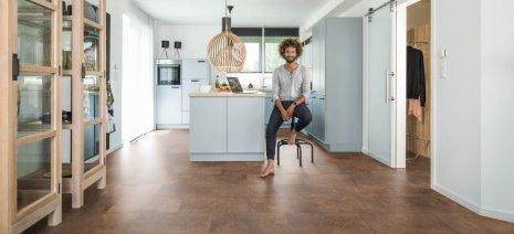 wineo Bodenbelag in der Küche mit stylischer Einrichtung
