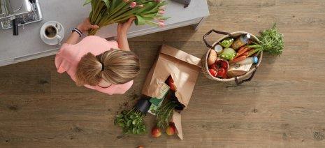 wineo Bodenbelag Purline in der Küche mit frischen Einkäufen und Farben