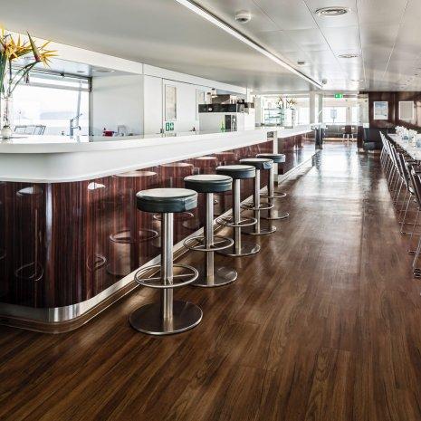 wineo Designboden Holzoptik Dunkel Restaurantbereich