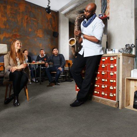 wineo Designboden Grau Vorführung mit Instrumenten