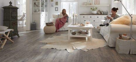 wineo Laminatboden grau Holzoptik im Wohnzimmer