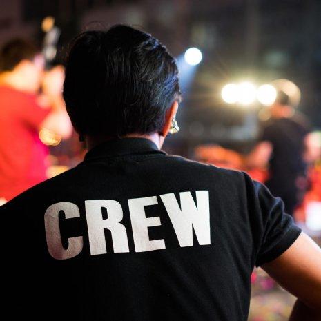 Mann mit T-Shirt auf dem CREW steht