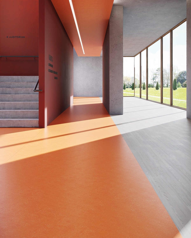 wineo PURLINE Bioboden Rollenware orange Hotellobby Treppenahus Fensterwand