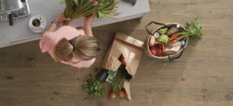 wineo PURLINE Bioboden Holzoptik Küche Frau Obst Gemüse Tulpen