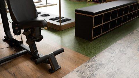 wineo Bodenbelag Sportboden im Fitnessstudio Holzoptik Fantasieoptik Digitaldruck