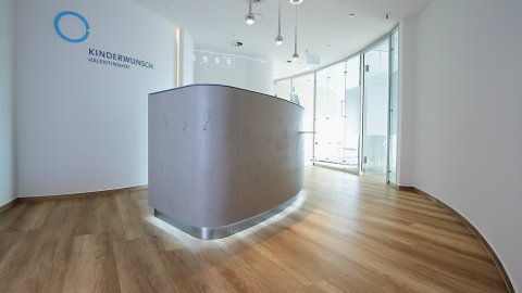 wineo Bodenbelag Klinik PURLINE Bioboden Holzoptik hell Empfangsbereich