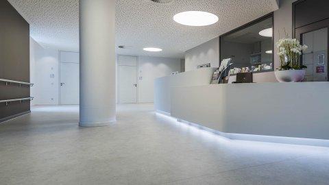 wineo Purline Bioboden Rollenware weiß Empfang modern hell Klinikum