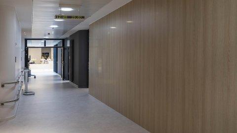 wineo Purline Bioboden Rollenware weiß Wand Holzoptik Korridor Klinikum