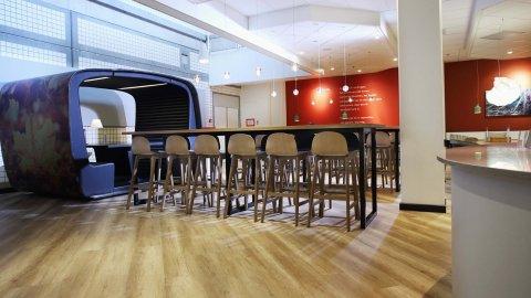 wineo Purline Bioboden Restaurant Tische Stühle Barhocker Klinikum modern