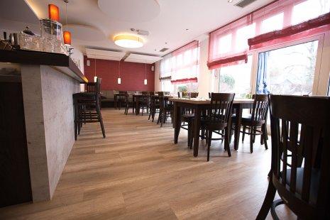 wineo Bodenbelag im Hotel Essbereich Restaurant rustikal Holzoptik Tresen Stühle