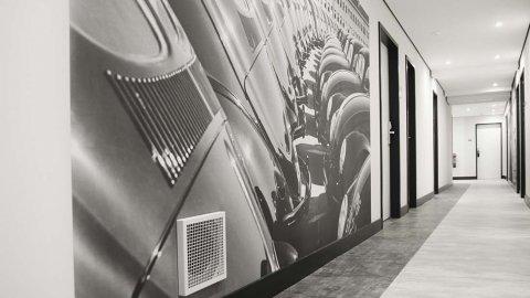 wineo Purline Bioboden Rollenware schwarz weiß modern Flur Wandgestaltung Hotel