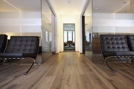 wineo Purline Bioboden Holzoptik Glaswände Wartebereich Sitzmöbel