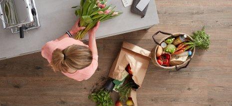 wineo Purline Bioboden Holzfußboden Frau Küche Obst Blumen